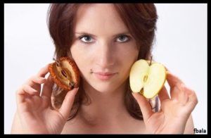 woman-holding-fresh-and-dried-apple